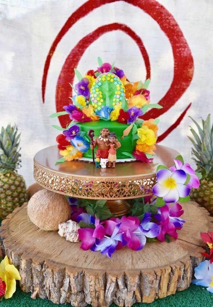 O bolo é simples, mas a decoração ficou surpreendente, chamando bastante atenção dos convidados