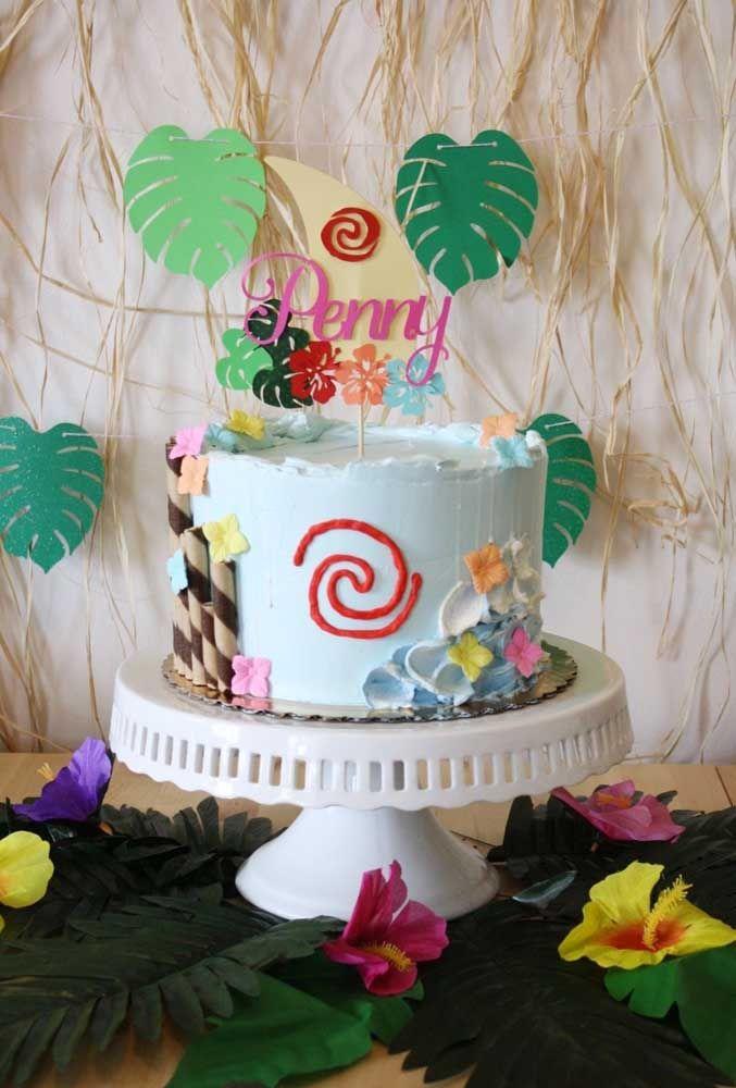 Ao invés de fazer um bolo com vários andares, você pode produzir com um andar só, mas com recheio da preferência do aniversariante. Na parte externa decore com o tema da Moana