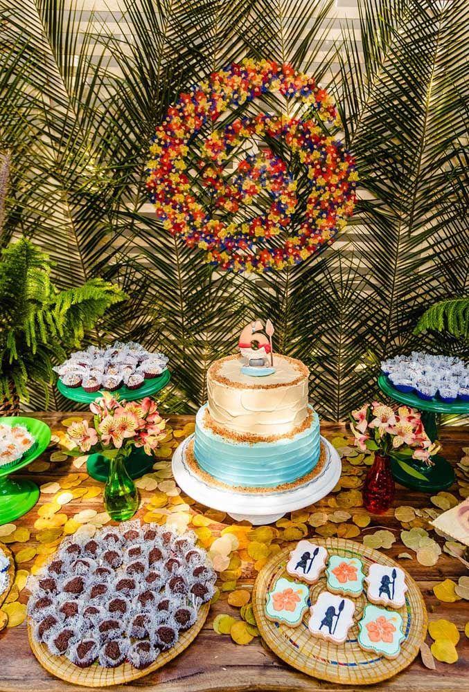Usando chantilly ou glacê com cores diferentes você pode fazer um bolo chique e que combine com toda decoração
