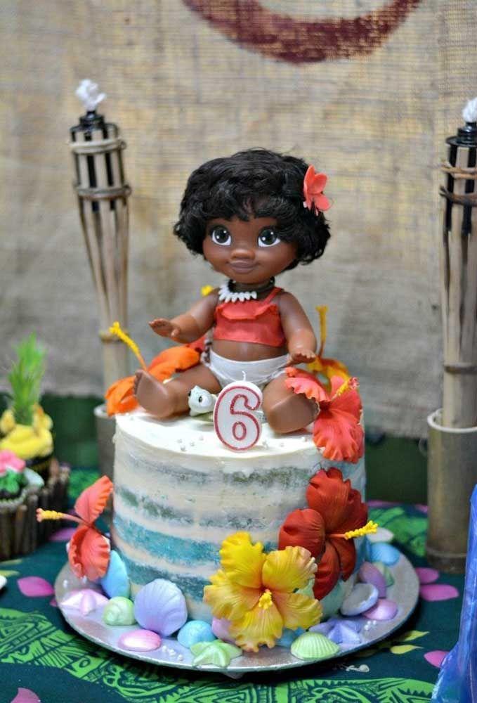 Coloque uma boneca da Moana Baby no topo do bolo