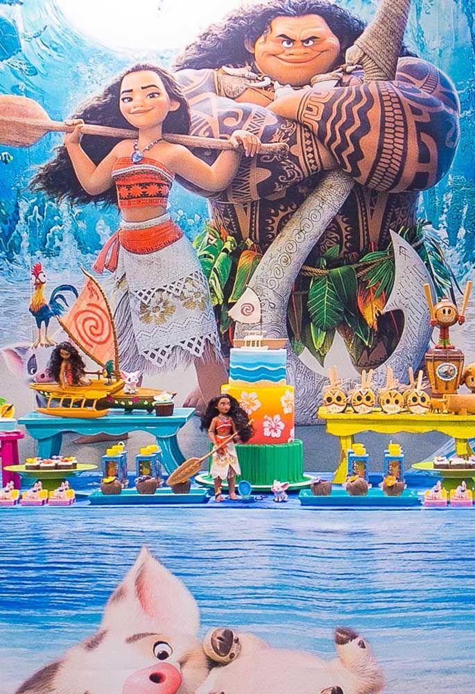 A história da Moana é cheio de aventuras. Por isso, o bolo colorido é o ideal para decorar a mesa principal