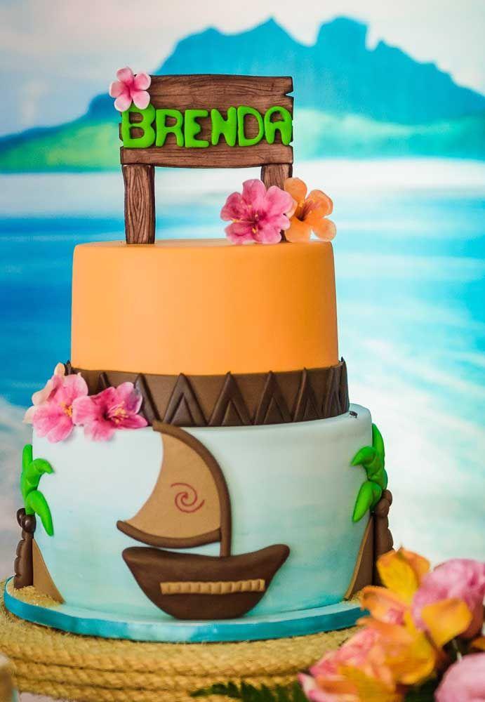 Use elementos como barco, coqueiros, placas e flores para decorar o bolo com o tema da Moana