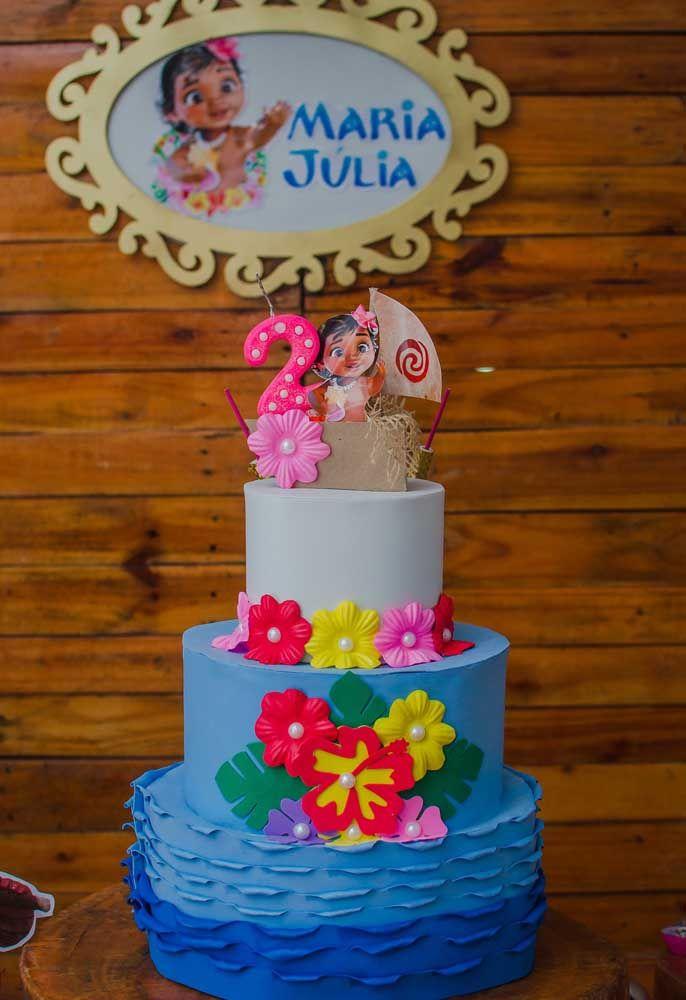 No primeiro andar do bolo crie algo parecido com as ondas do mar e nos andares posterior, coloque bastante flores