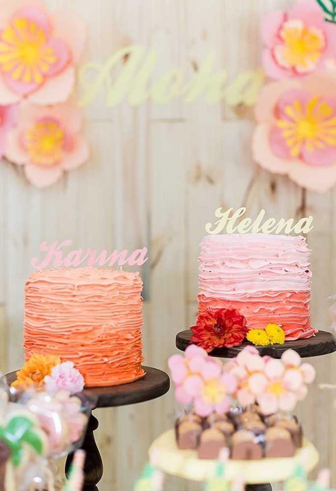 Se o aniversário é de gêmeos, faça dois bolos para cada aniversariante, mudando as cores de cada bolo