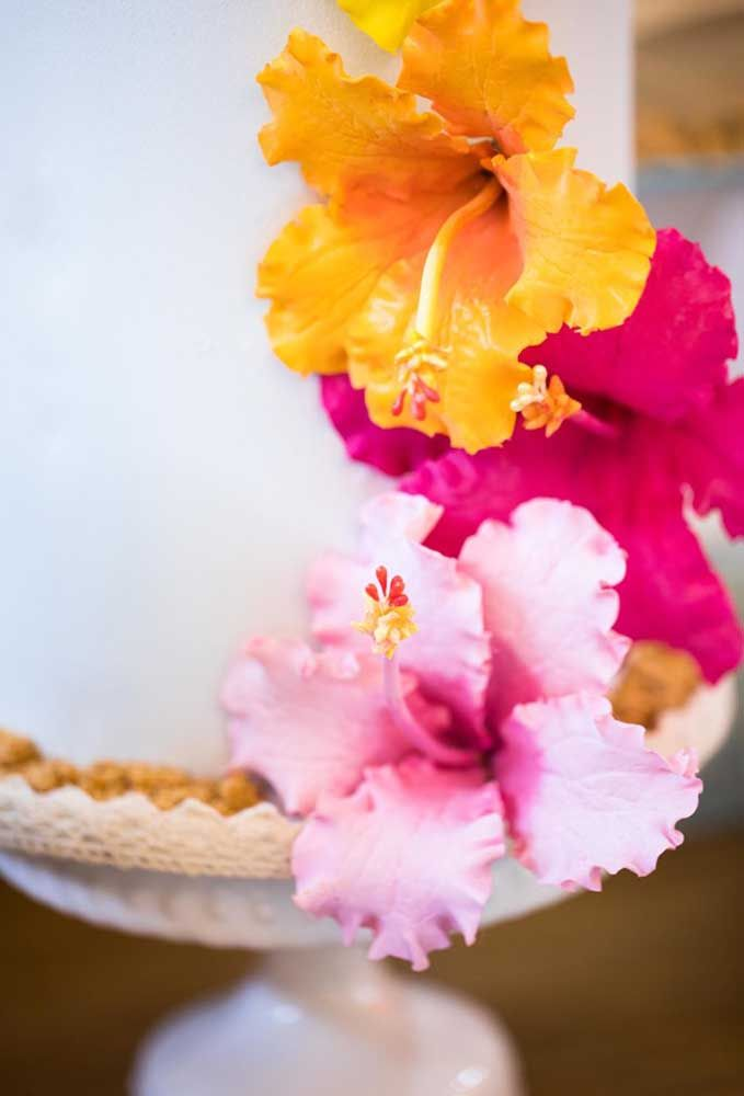 Use flores naturais para enfeitar o bolo de aniversário