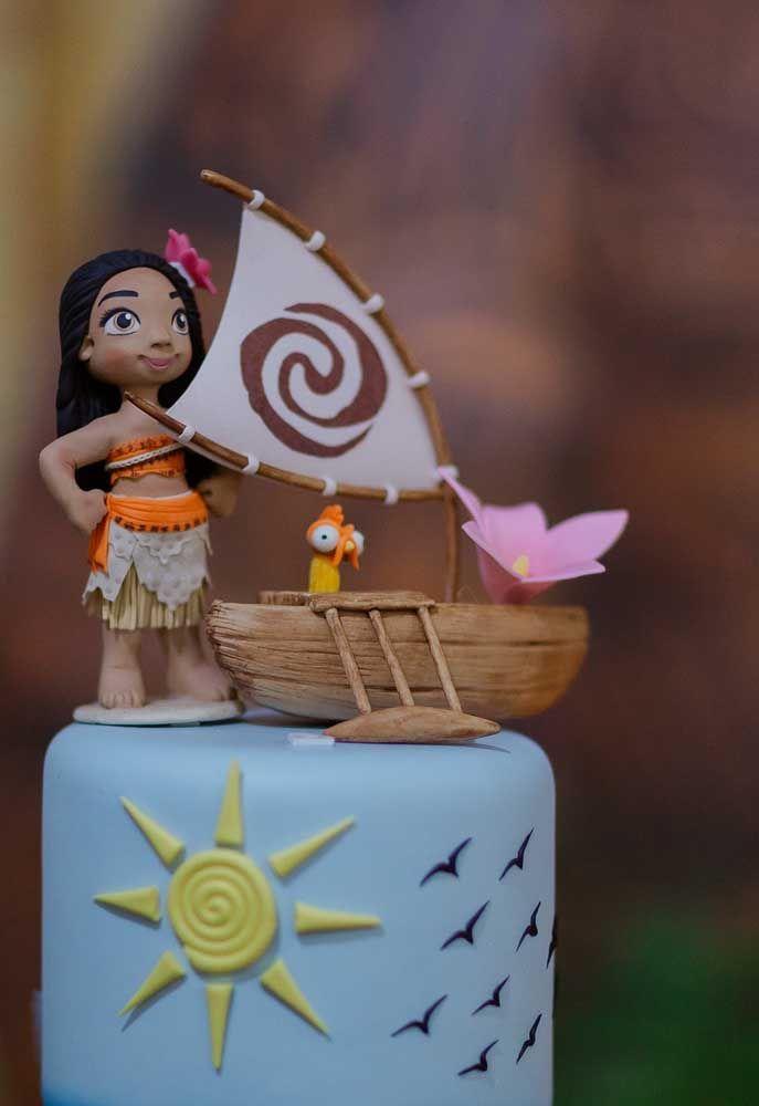 No topo do bolo coloque a boneca da Moana e mais algum elemento que faça referência ao filme