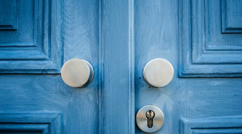 Como pintar porta de madeira: confira o passo a passo