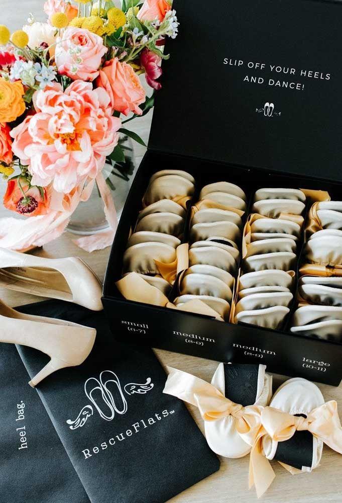 Para colocar os convidados para dançar na festa de casamento, separe algumas sapatilhas como lembrancinha.