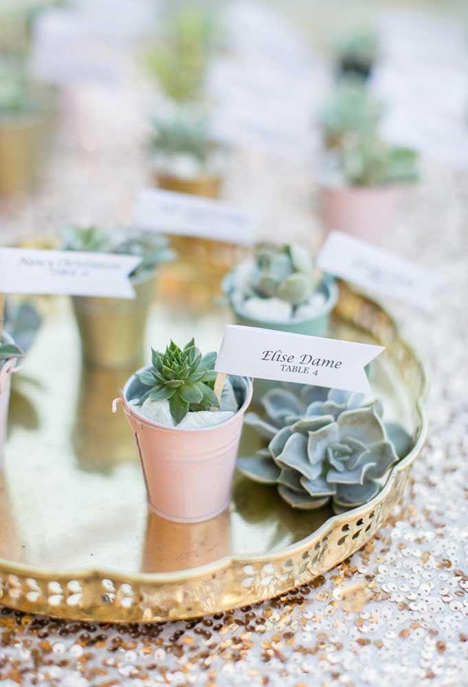 Para identificar os convidados nas mesas, prepare um pequeno vaso com uma plantinha. Dessa forma, você estará incentivando as pessoas a cuidarem do meio ambiente.