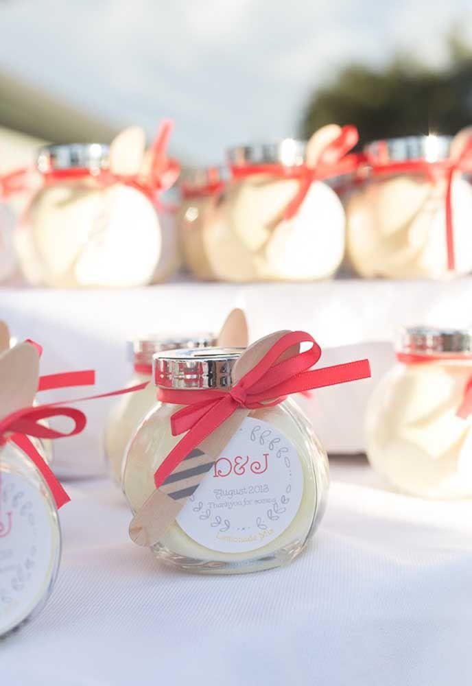 As lembrancinhas comestíveis são muito usadas nos casamentos. Portanto, prepare um gostoso potinho de doces.