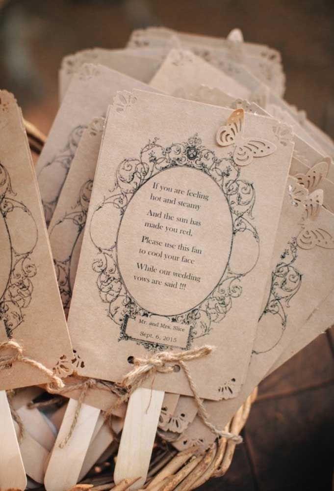 Plaquinhas tradicionais são perfeitas para casamentos rústicos.