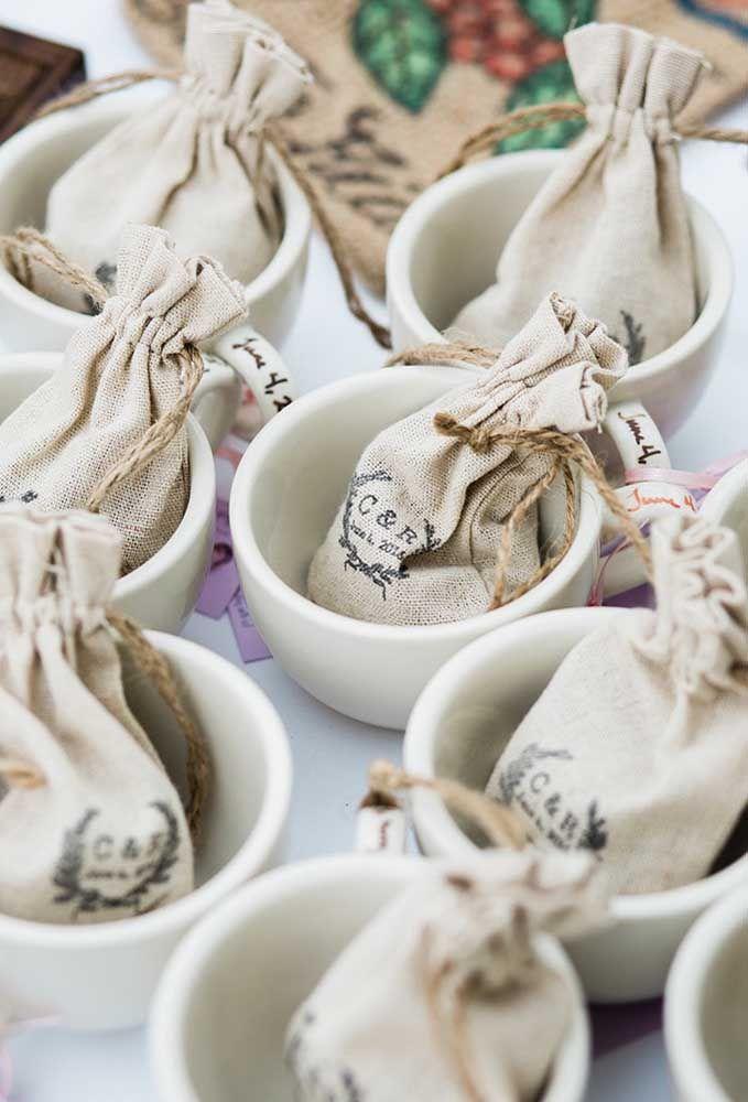 Ou coloque algumas ervas em saquinhos e entregue dentro de uma xícara para os convidados beberem chás.