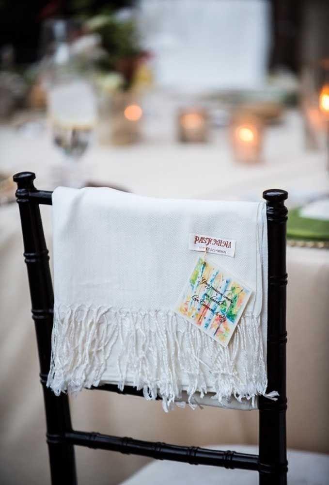 Que tal distribuir algumas toalhas para os convidados?
