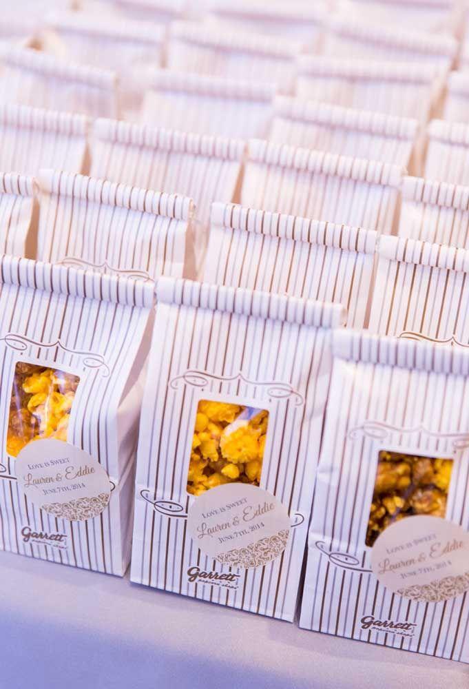 Com a grana curta, mas sem abrir mão de entregar as lembrancinhas de casamento para os convidados, prepare pipoca e coloque dentro de saquinhos. Uma lembrancinha gostosa e econômica.