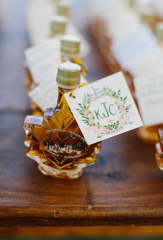 Um óleo ou essência perfumada dentro de uma embalagem diferenciada é uma ótima opção para entregar aos seus convidados mais especiais.