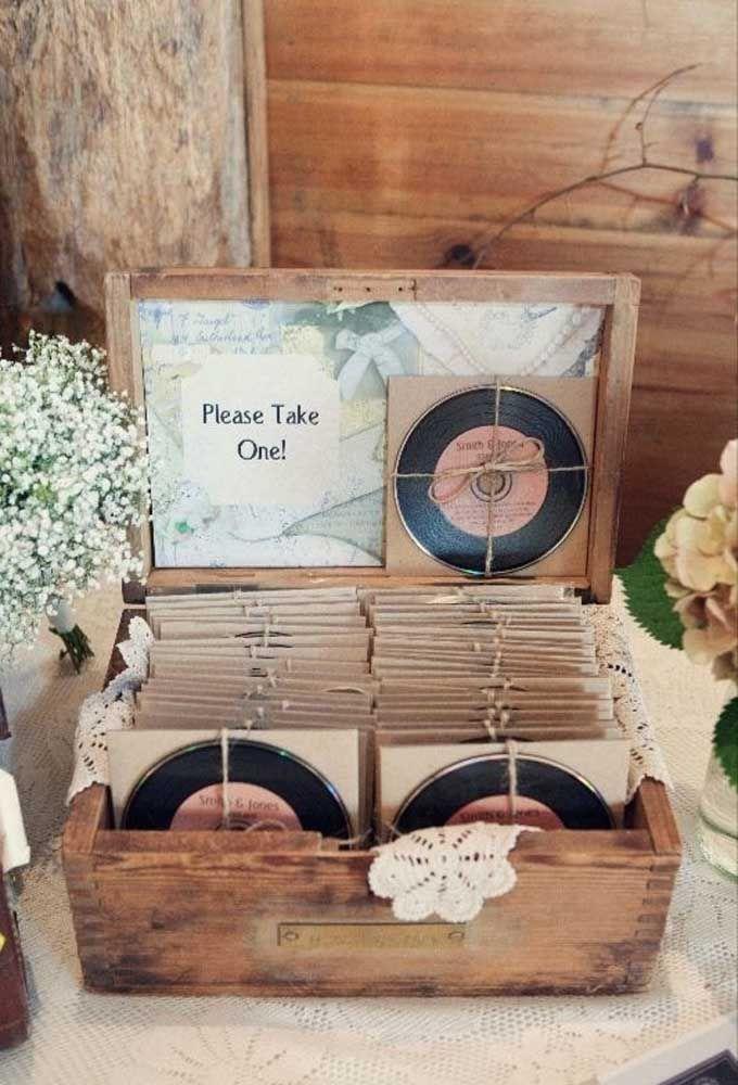 Já pensou em distribuir discos de vinil para seus convidados? Coloque as músicas do casal para todos lembrarem.