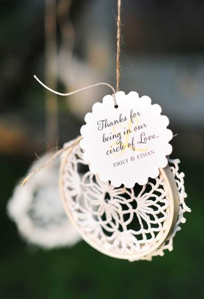 Se você gosta de elementos artesanais, crie algumas peças para entregar como lembrancinha de casamento.