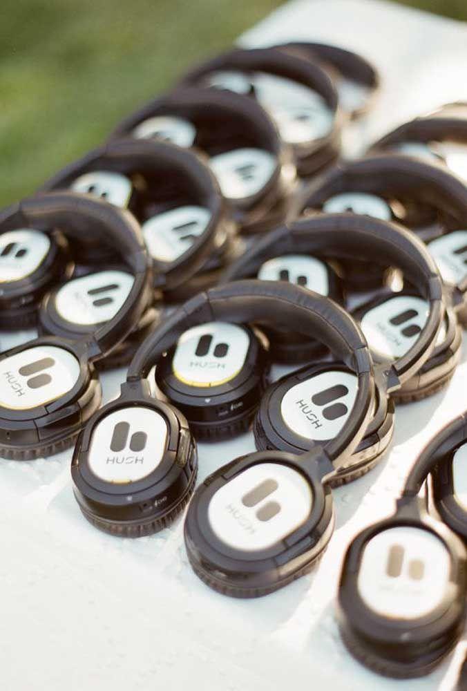 Para entrar no ritmo do casamento, distribua fones de ouvido para os convidados.