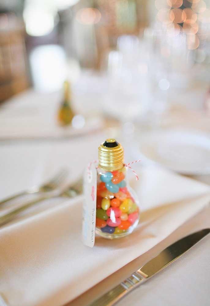 Existem vários tipos de pote para colocar guloseimas como esse no formato de lâmpada.