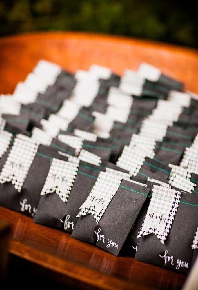 Que tal você mesmo preparar uma lembrancinha de casamento para seus convidados? Basta fazer saquinhos de papel, colocar um cartãozinho para identificar e escrever com as próprias mãos.