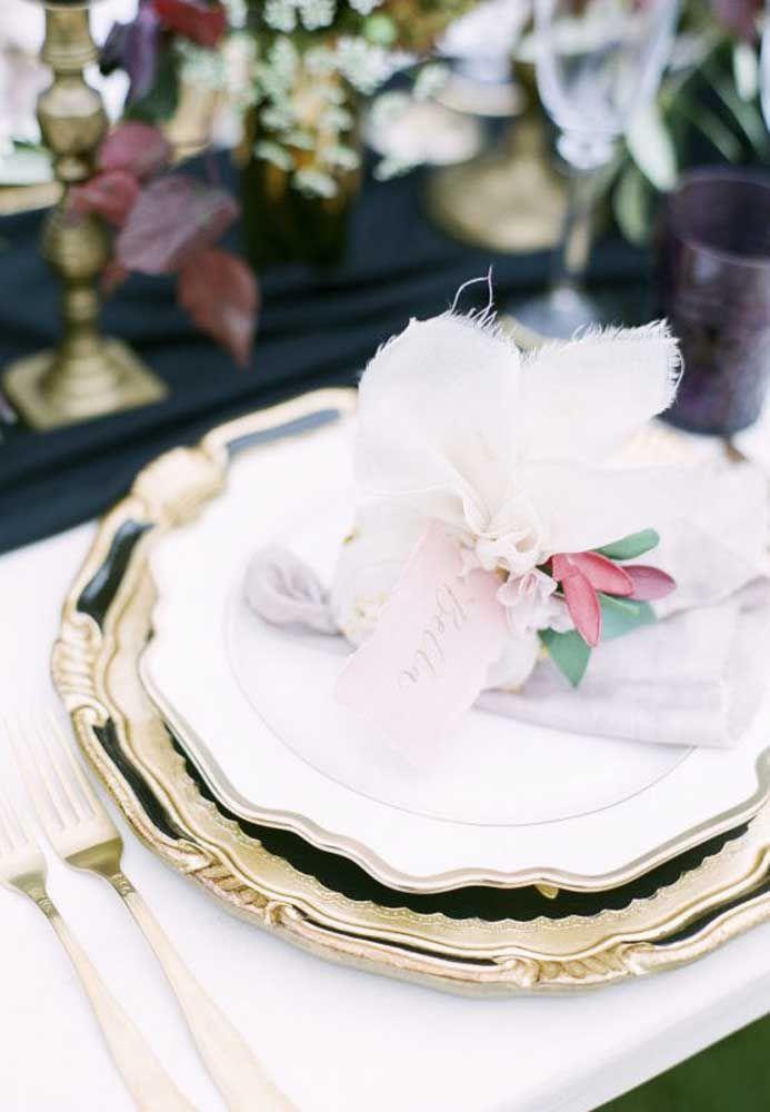 Ao invés de montar uma mesinha só para colocar as lembrancinhas, coloque cada uma em cima do prato dos convidados.