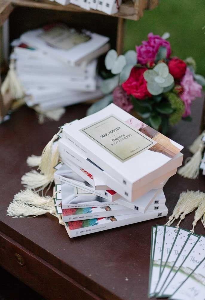 Que tal distribuir alguns livros românticos como lembrancinhas de casamento?