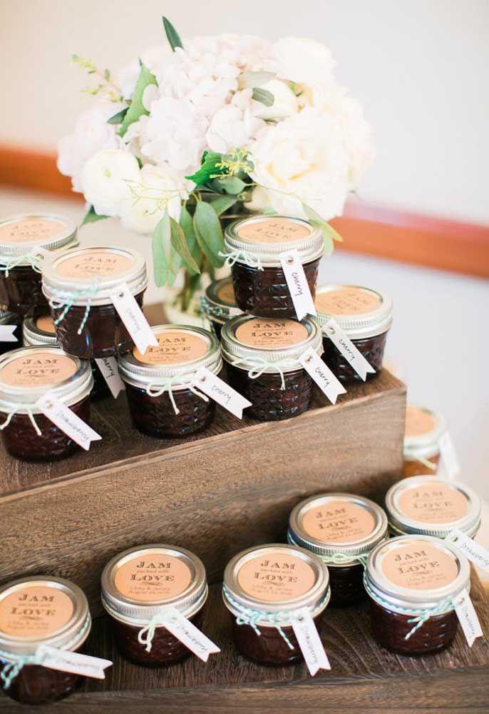 Potinhos de doces deliciosos são perfeitos para entregar para seus convidados.
