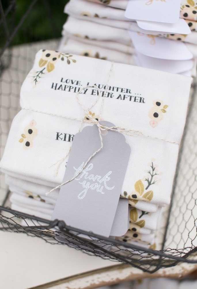 Entregue toalhinhas personalizadas para seus convidados.