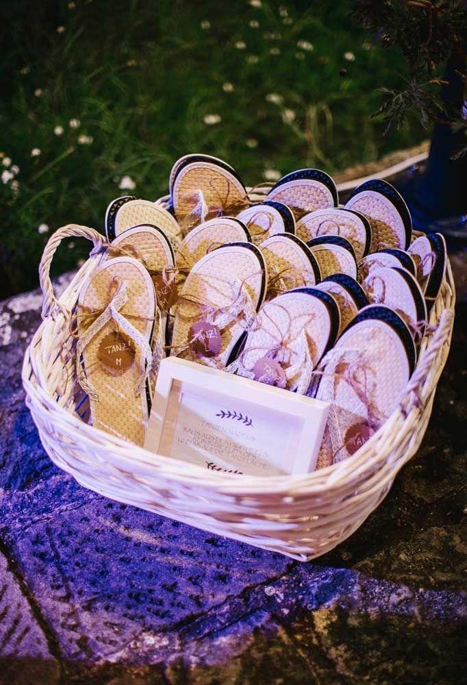 Deixe seus convidados mais a vontade, distribuindo chinelos para eles curtirem a festa.