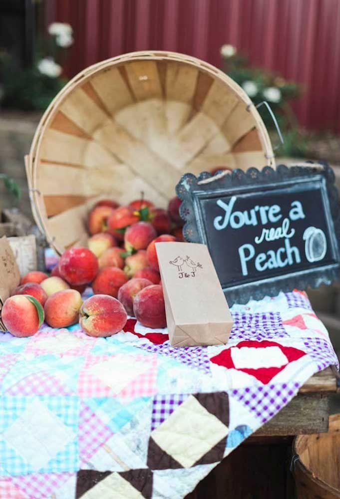 O pêssego é uma fruta perfeita para representar algo romântico. Que tal distribuir vários para os convidados se deliciarem?
