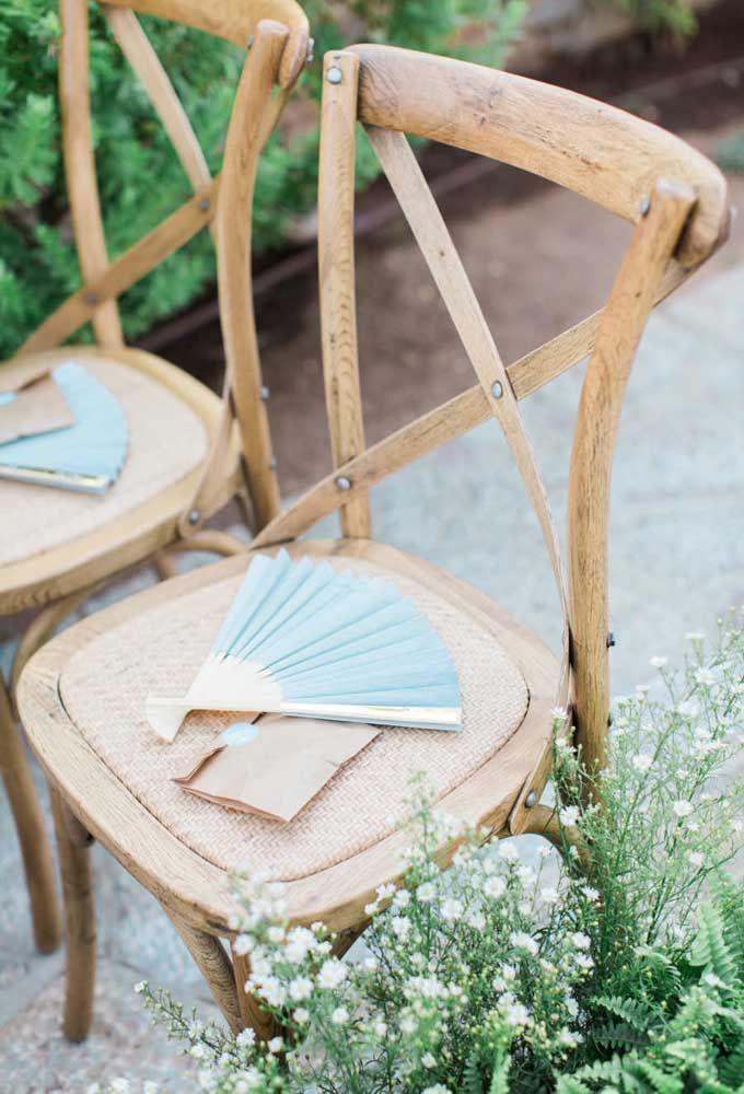 Para os dias mais quentes, o leque é uma boa opção de lembrancinha de casamento. Seus convidados vão agradecer.