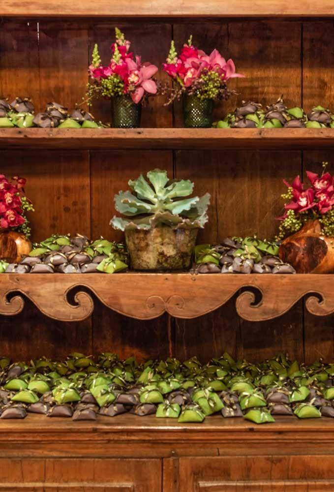 Na hora de organizar as lembrancinhas, escolha um móvel que valorize cada peça. Aposte nos arranjos de flores para chamar atenção.