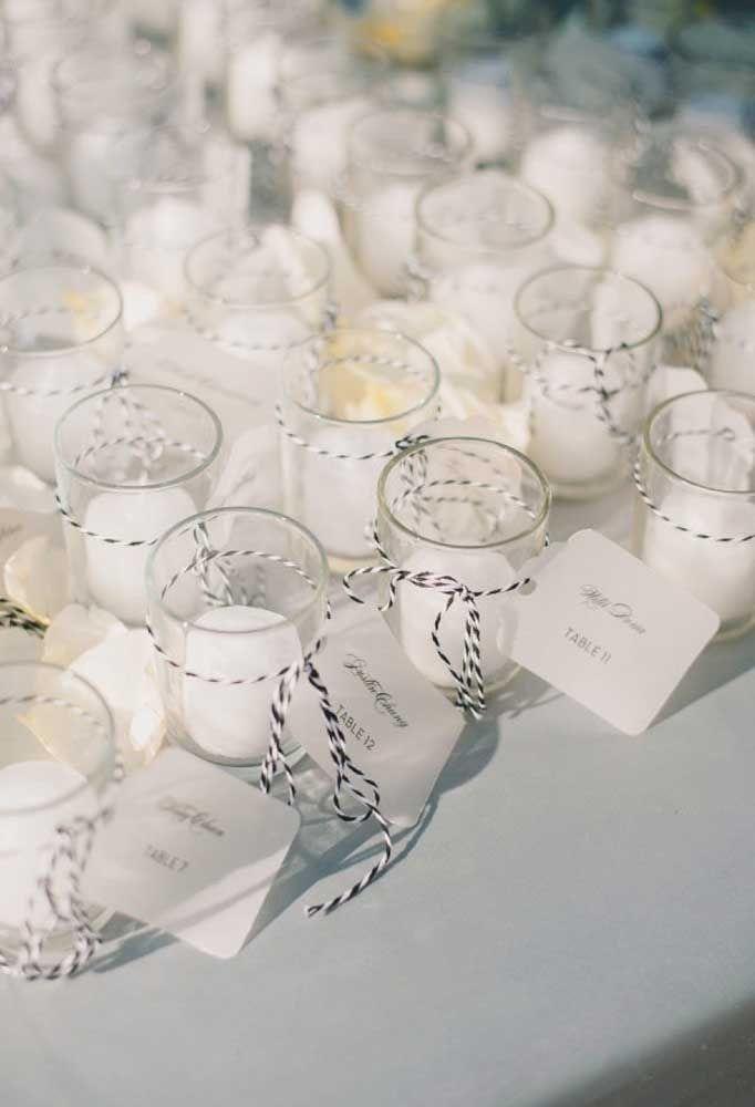 Olha que lembrancinha mais delicada, uma vela branca dentro de um copo de vidro.