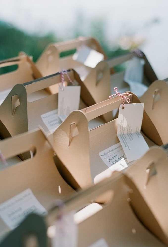 As caixinhas feitas de papelão são perfeitas para colocar as lembrancinhas de casamento.