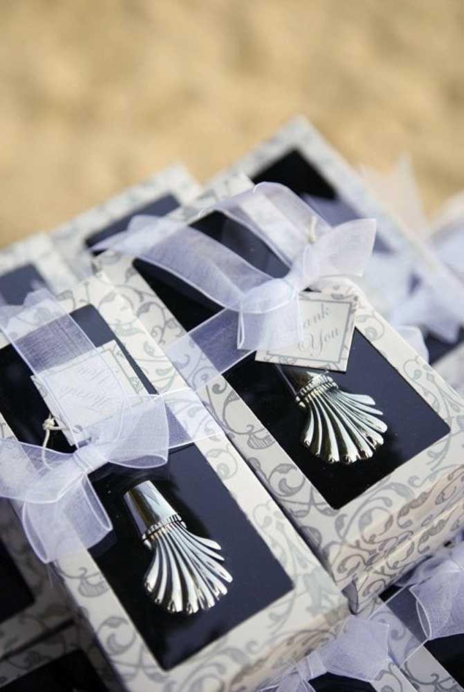 Faça uma lembrancinha de casamento que vá surpreender os convidados.