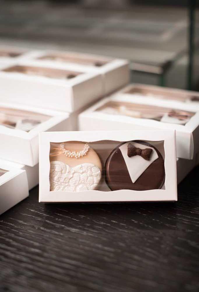 Você também pode fazer biscoitos personalizados com o vestido da noiva e o traje do noivo.