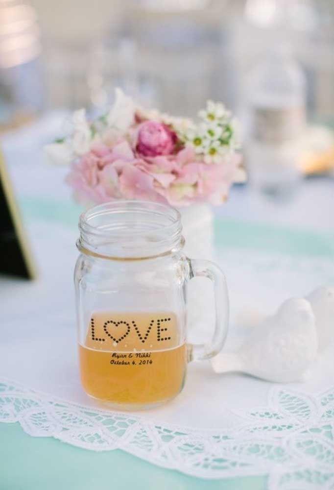 Uma das grandes tendências de lembrancinhas de casamento é entregar garrafinhas de suco como essa.