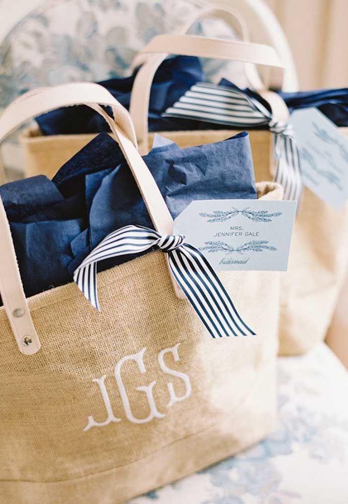 Sabe aquelas sacolas de praia? Personalize com as iniciais dos noivos e coloque dentro vários mimos para entregar aos convidados.