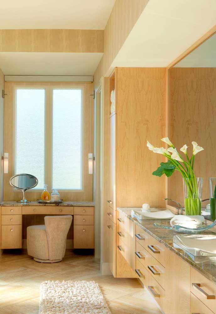 O clima naturalmente quente e úmido do banheiro é o local ideal para o cultivo de lirios da paz dentro de casa