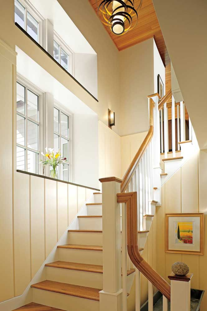 Toda a delicadeza dos lírios da paz na decoração da escada
