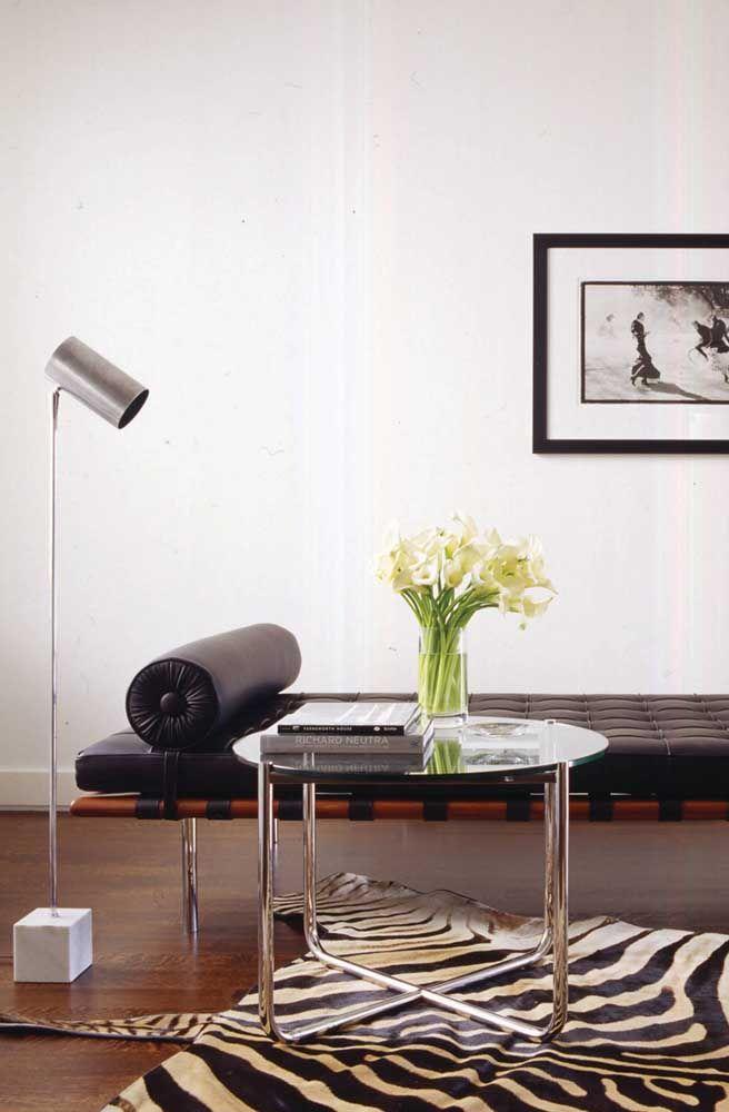Uma dica é combinar o material do vaso com os materiais predominantes na decor; no caso da imagem, o vidro