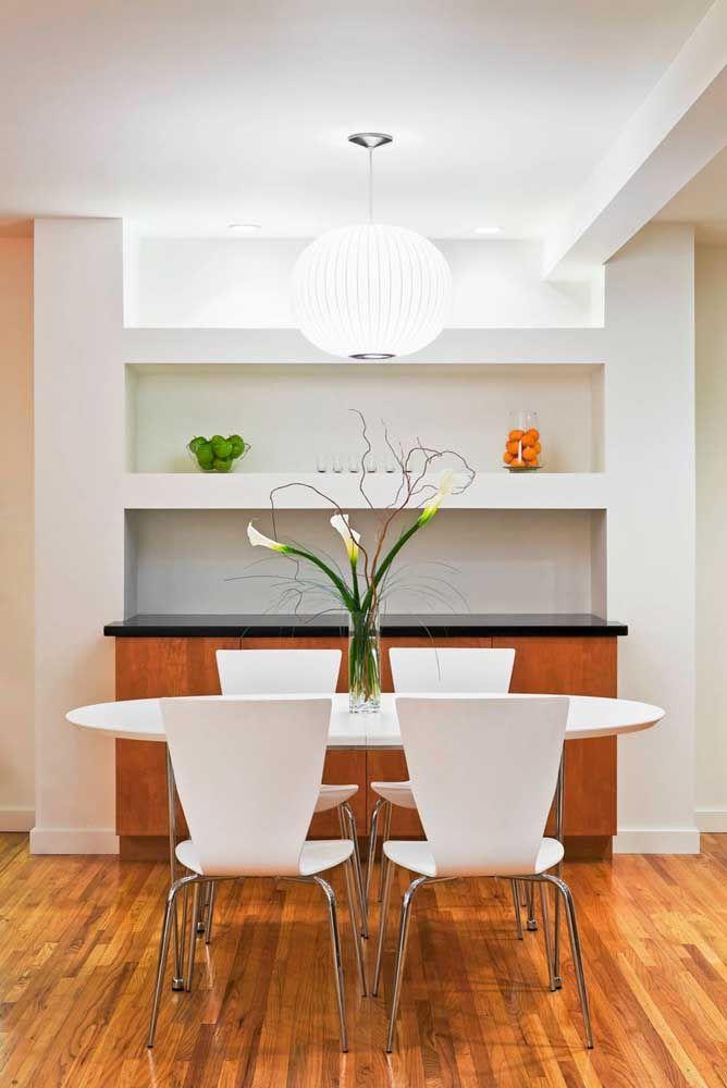 Use arranjos de lírios da paz para decorar o centro da mesa de jantar