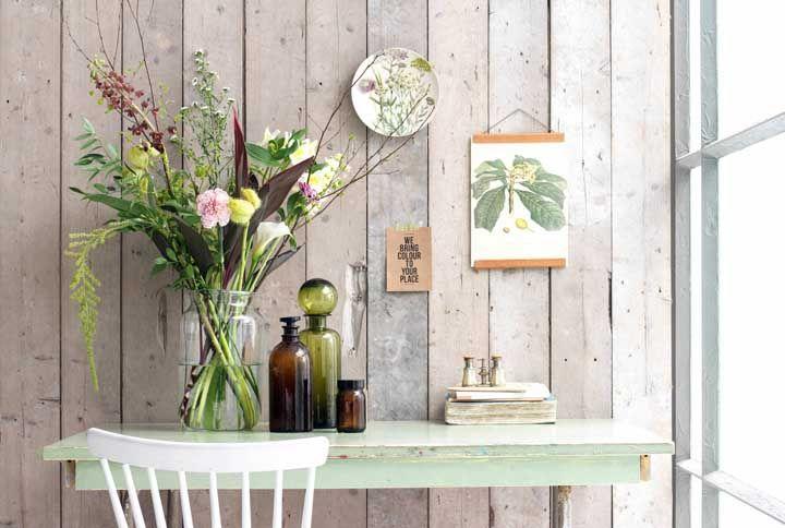 Monte um arranjo diversificado com flores e folhas, entre elas o lírio da paz