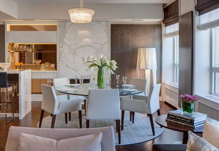 Um simples jantar pode se tornar glamouroso com a presença de lírios da paz