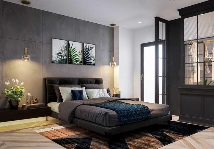A iluminação indireta destaca o vaso de lírios da paz colocado na cabeceira da cama