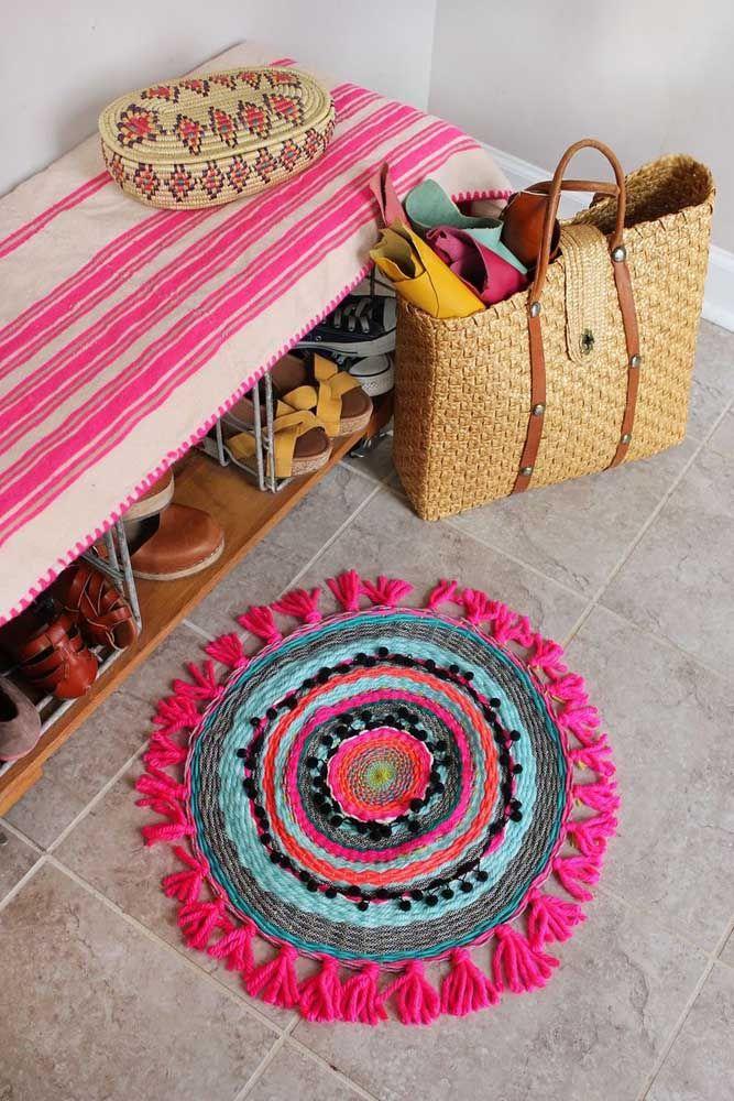 Um tapete de retalhos redondo para colorir o chão do hall de entrada
