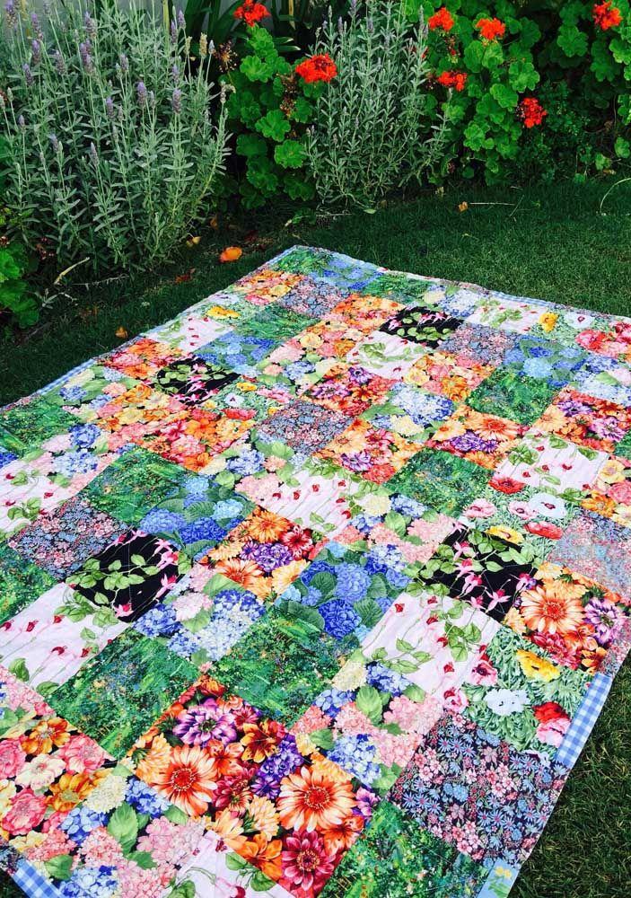 Tapete de patchwork para curtir os dias de verão sobre o gramado; um convite para um piquenique