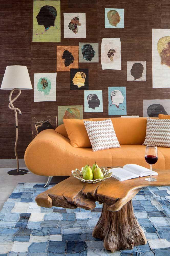 O tapete de retalhos jeans garante um visual moderno e despojado para a sala de estar