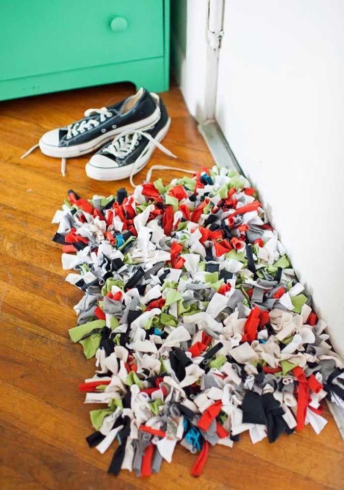 O clássico tapete de retalhos de malha recepcionando quem chega na casa
