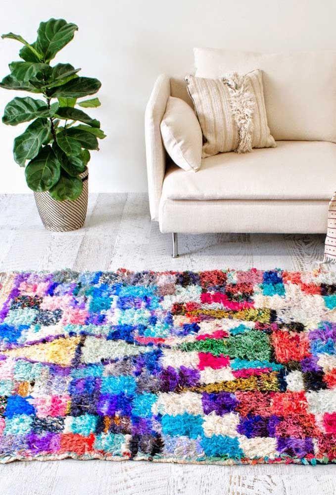Forme quadradinhos com os retalhos para criar um efeito geométrico diferente no tapete